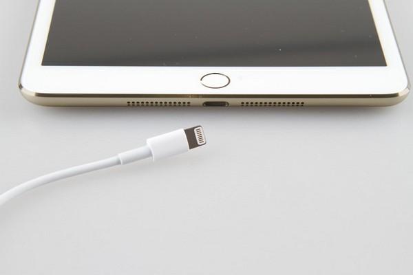iPad 5 и золотистый iPad mini 2 Retina со сканерами отпечатков пальцев